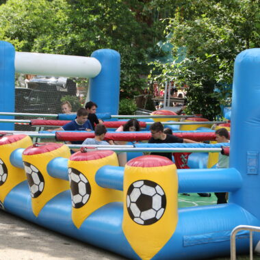 anjou sport nature se déplace structure glonflable baby foot humain
